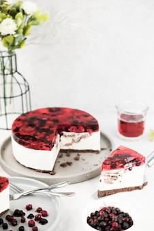 Fatia de bolo saboroso alto ângulo
