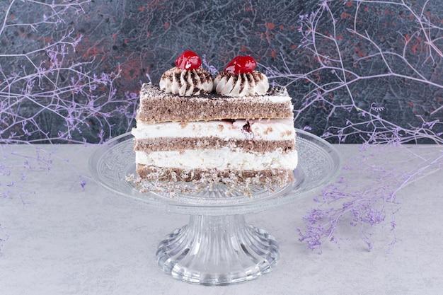 Fatia de bolo saboroso no prato de vidro. foto de alta qualidade