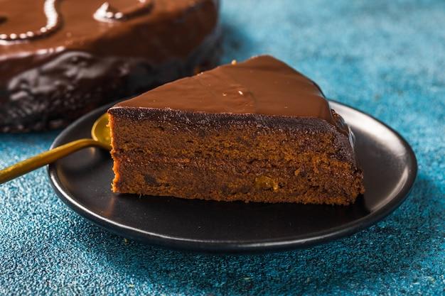 Fatia de bolo sacher. sobremesa tradicional de chocolate austríaco. cozimento caseiro. foco seletivo, close-up.