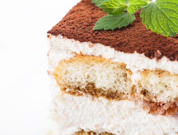 Fatia de bolo tiramisu, vista de perto no prato