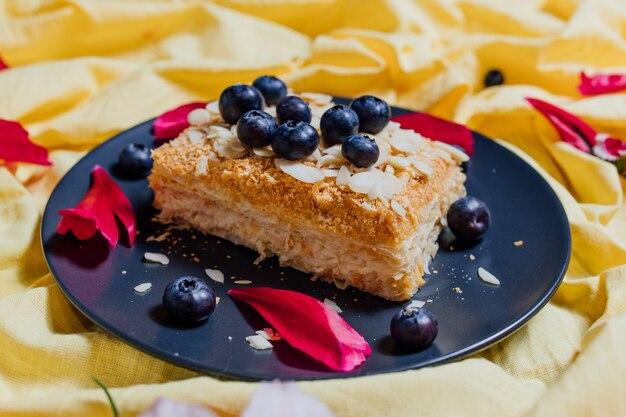 Fatia de bolo vegetariano em fundo amarelo, vista superior