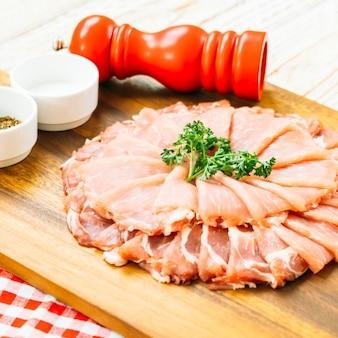 Fatia de carne de porco crua