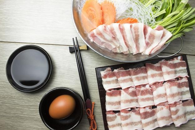 Fatia de carne de porco em pote sukiyaki