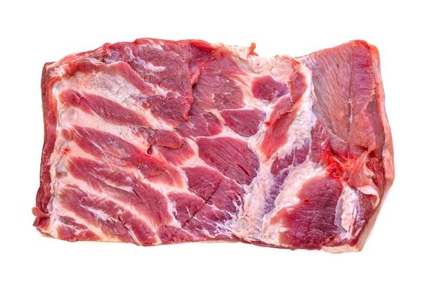 Fatia de carne de porco isolada em fundo branco
