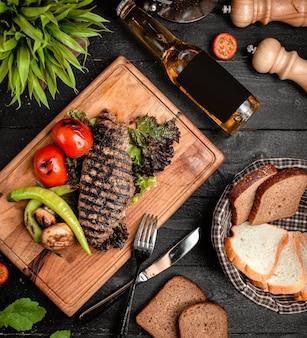 Fatia de carne finamente grelhada com legumes