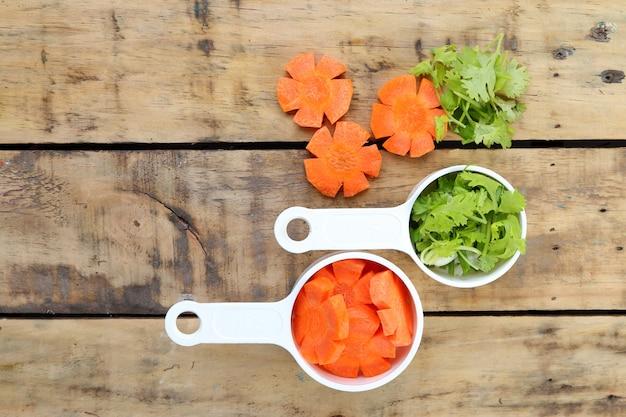 Fatia de cenoura e salsa na madeira