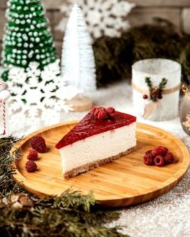 Fatia de cheesecake coberta com cobertura de framboesa