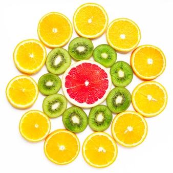 Fatia de citrinos, kiwi, laranjas e toranjas em forma de flor