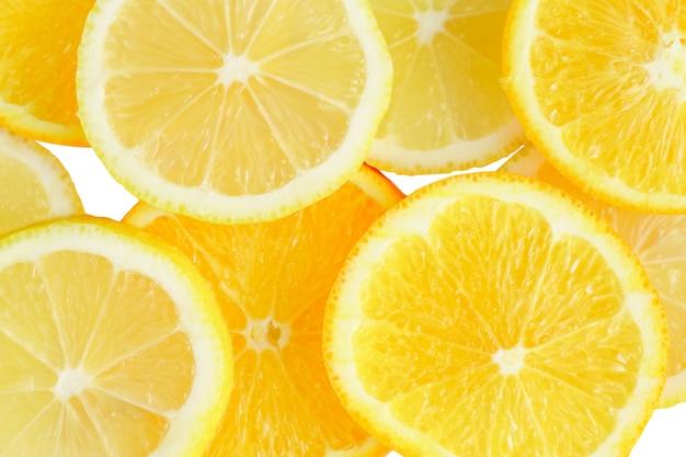 Fatia de citrinos, laranjas e limões, isolados no fundo branco, traçado de recorte