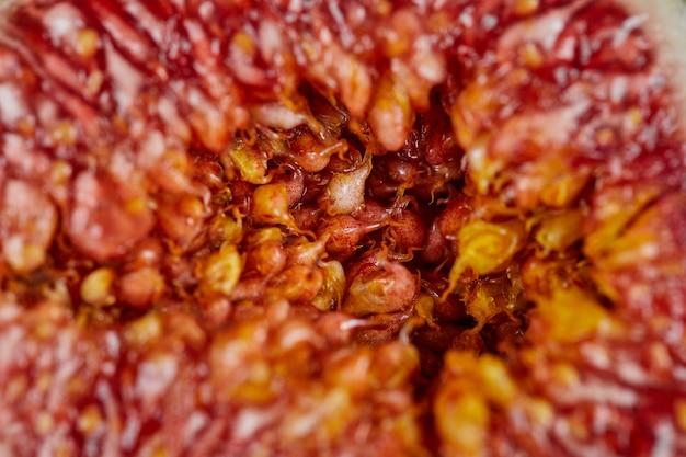 Fatia de figo maduro com sementes. fechar-se.