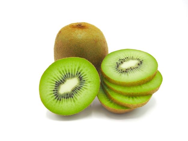 Fatia de fruta de quivi deliciosa e saudável suculenta fresca, isolada no fundo branco.