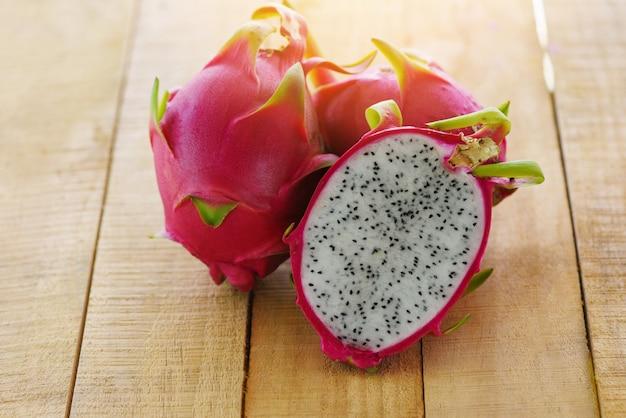 Fatia de fruta do dragão na fruta tropical de verão pitaya fresco de madeira