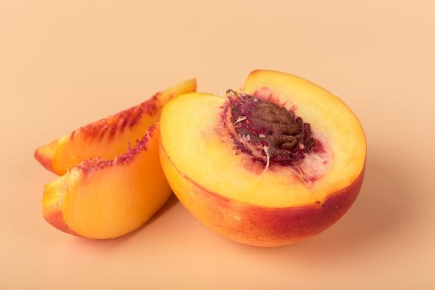 Fatia de fruta madura de pêssego