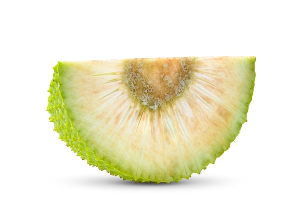 Fatia de fruta-pão isolada no fundo branco