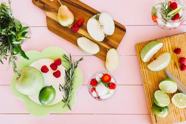 Fatia de frutas frescas na tábua de cortar