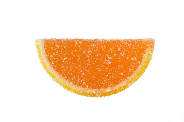 Fatia de geléia de laranja polvilhada com açúcar granulado em um branco.