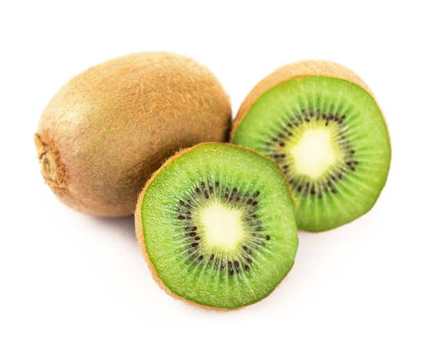 Fatia de kiwi maduro, suculento, delicioso e saudável, isolado na superfície branca