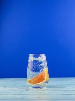 Fatia de laranja em copo de água