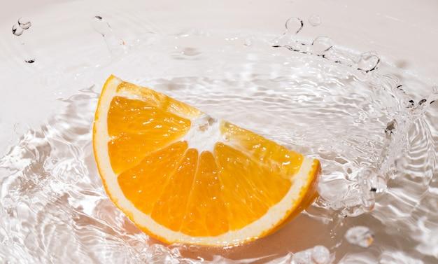 Fatia de laranja na água
