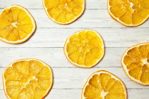 Fatia de laranja no fundo de madeira, vista superior