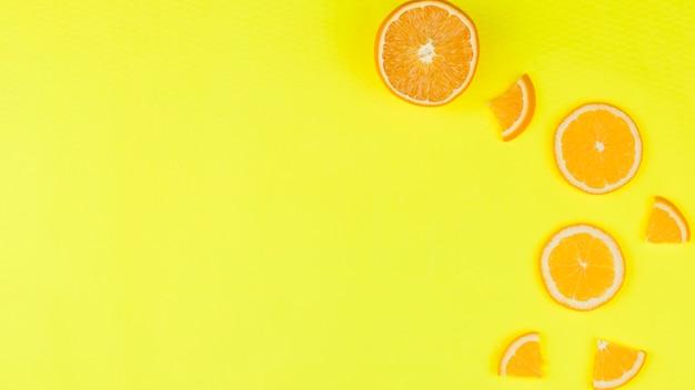 Fatia de laranja saborosa no fundo brilhante
