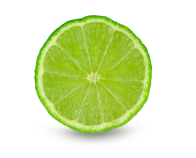 Fatia de limão (citrus aurantifolia) isolada no branco com traçado de recorte
