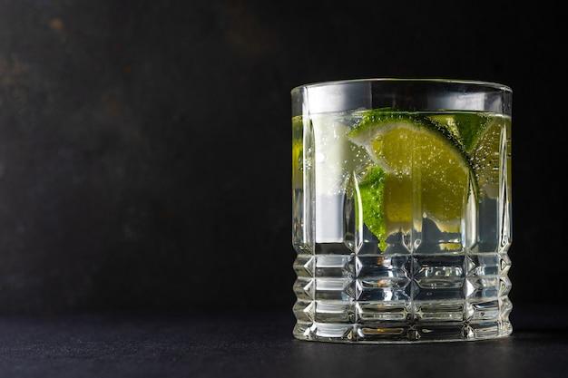 Fatia de limão com água com gás em um copo