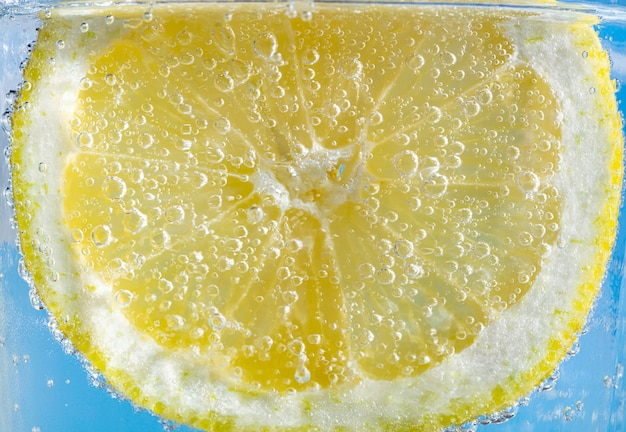 Fatia de limão com bolhas