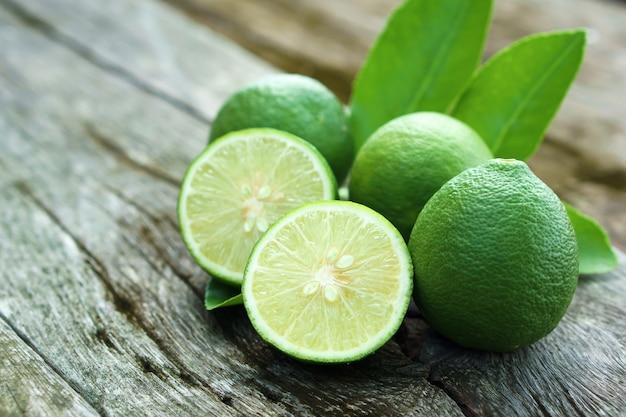 Fatia de limão com folha na mesa de madeira