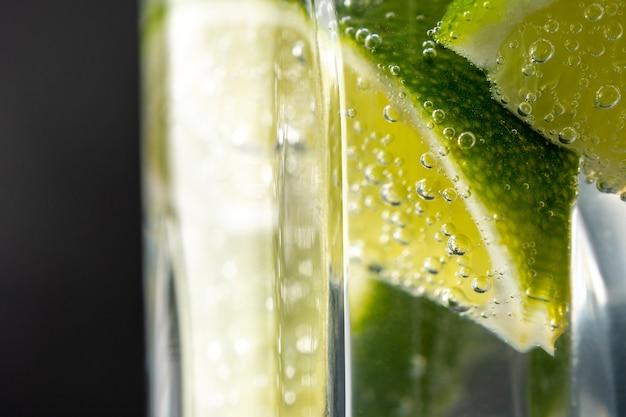 Fatia de limão com gotas de água com gás
