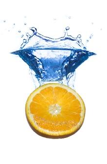 Fatia de limão com respingos de gotas de água isolado no branco