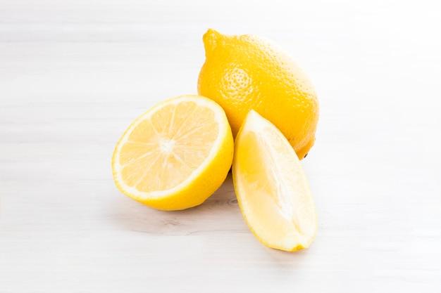 Fatia de limão fresco da sicília isolada em um fundo branco de madeira.