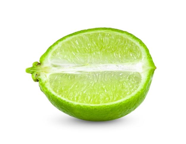 Fatia de limão isolada em fundo branco