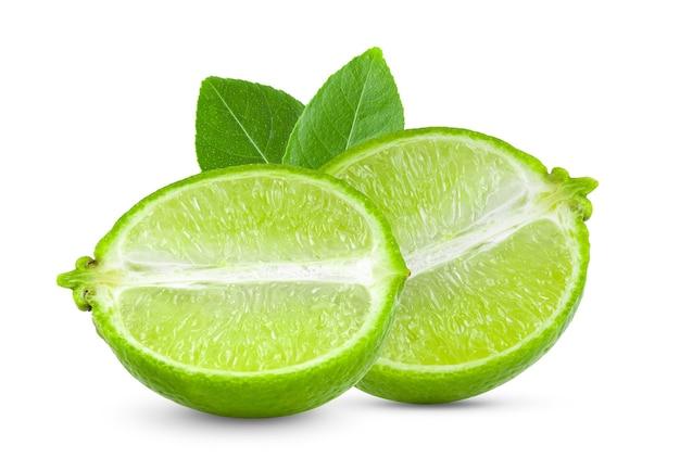 Fatia de limão isolada no branco