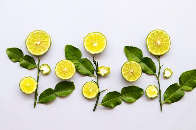 Fatia de limão kaffir com ervas locais da ásia