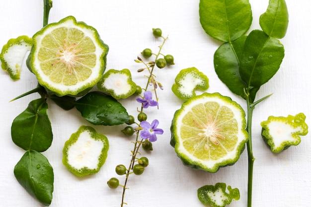 Fatia de limão kaffir vegetal à base de ervas em branco