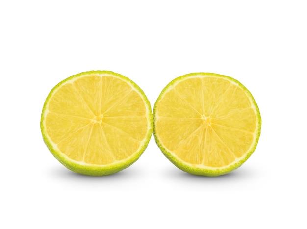 Fatia de limão, traçado de recorte, isolado em uma superfície branca