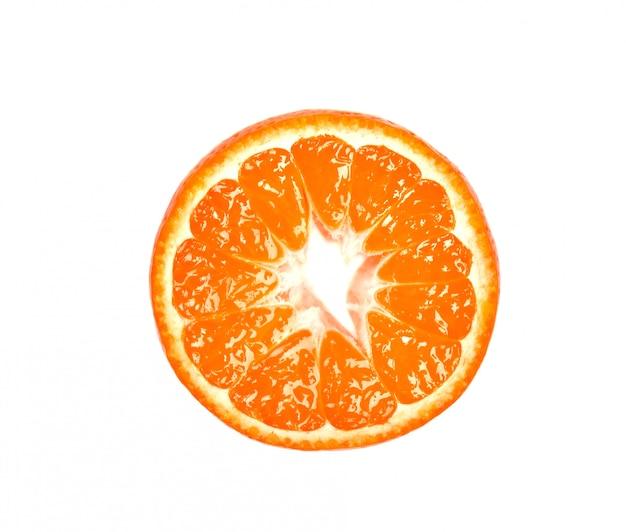 Fatia de mandarim isolada no espaço em branco. frutas cítricas. pedaços de mandarim fresco, com traçado de recorte. vista do topo