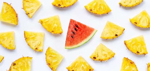 Fatia de melancia com fatias de abacaxi em fundo branco.
