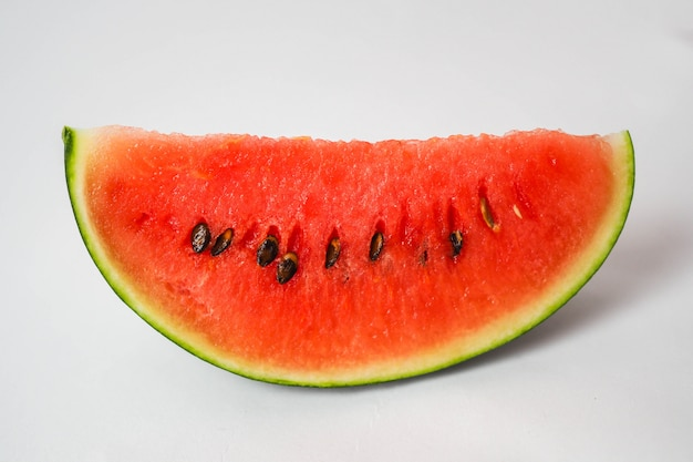 Fatia de melancia fresca isolada