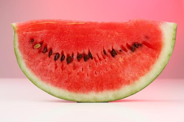 Fatia de melancia fresca, na cor de fundo