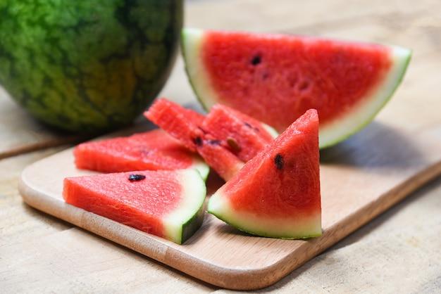Fatia de melancia fresca na tábua de madeira