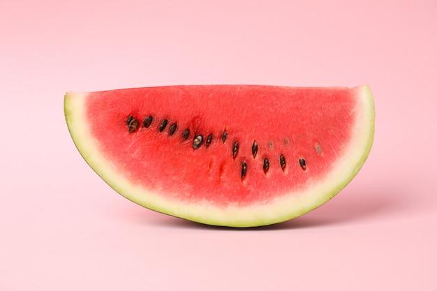 Fatia de melancia fresca no espaço rosa. fruta de verão