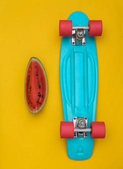 Fatia de melancia madura e placa cruzadora em um fundo amarelo. diversão de verão. vista do topo