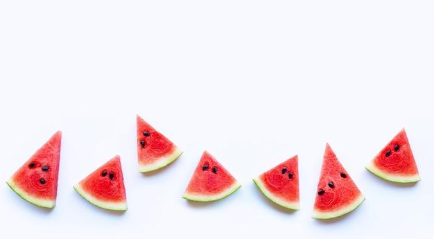 Fatia de melancia vermelha fresca isolada no fundo branco. copie o espaço