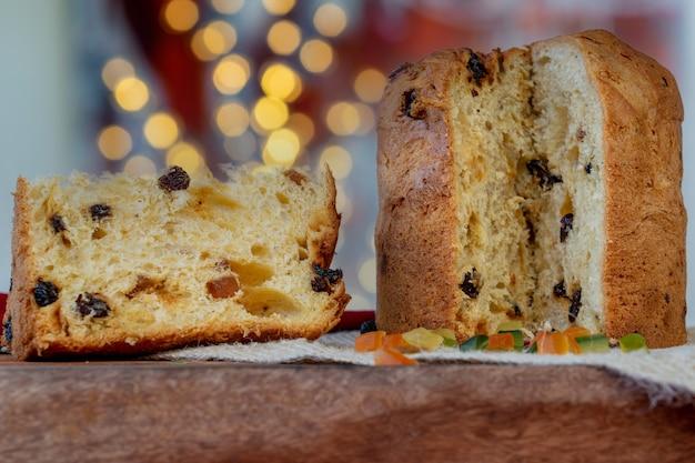 Fatia de panetone de bolo italiano de natal na mesa