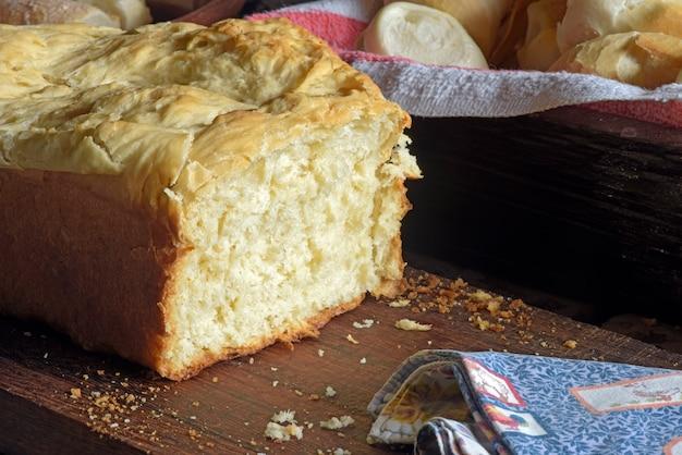 Fatia de pão caseiro com migalhas