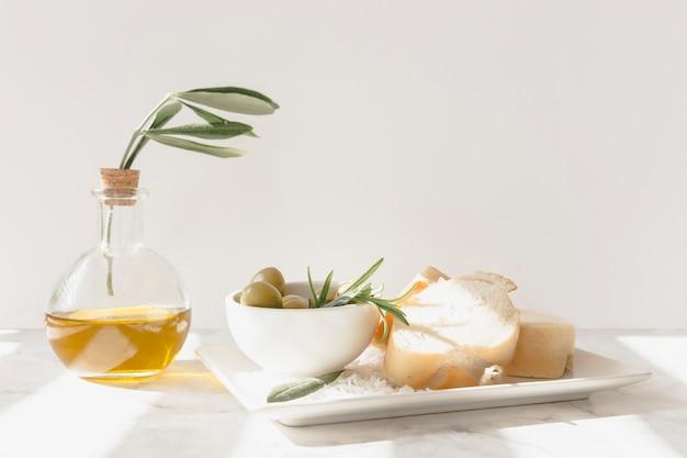 Fatia de pão com azeitonas, alecrim e azeite