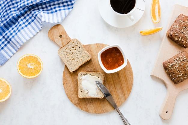 Fatia de pão com manteiga e geléia