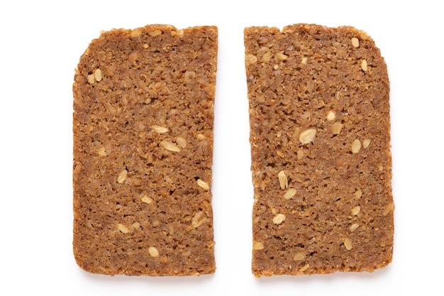 Fatia de pão de centeio em fundo branco